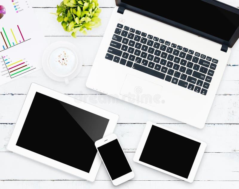 Geschäftsgerät auf Arbeitsplatz lizenzfreie stockfotografie
