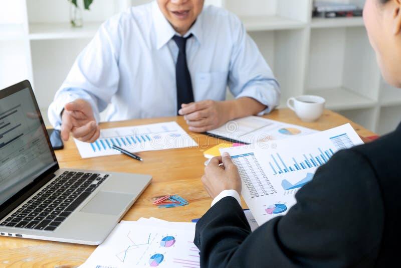 Geschäftsgeschäftsmann, wenn Analysediagramm graphy getroffen wird lizenzfreie stockfotografie