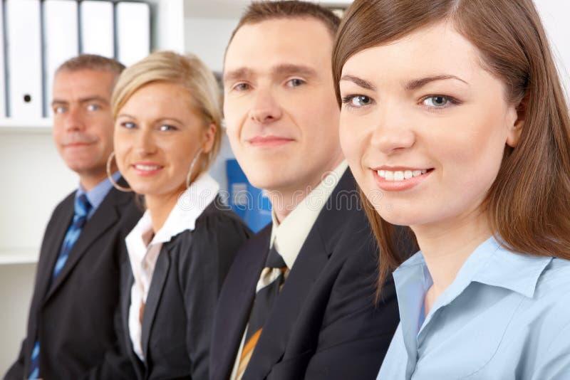 Geschäftsgruppe, die in der Reihe sitzt lizenzfreies stockbild