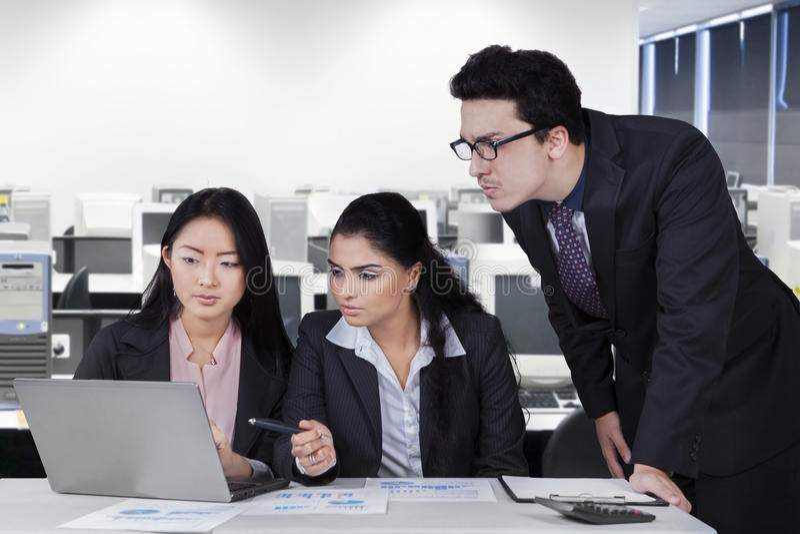 Geschäftsgruppe, die Sitzung im Büroraum hat lizenzfreies stockfoto