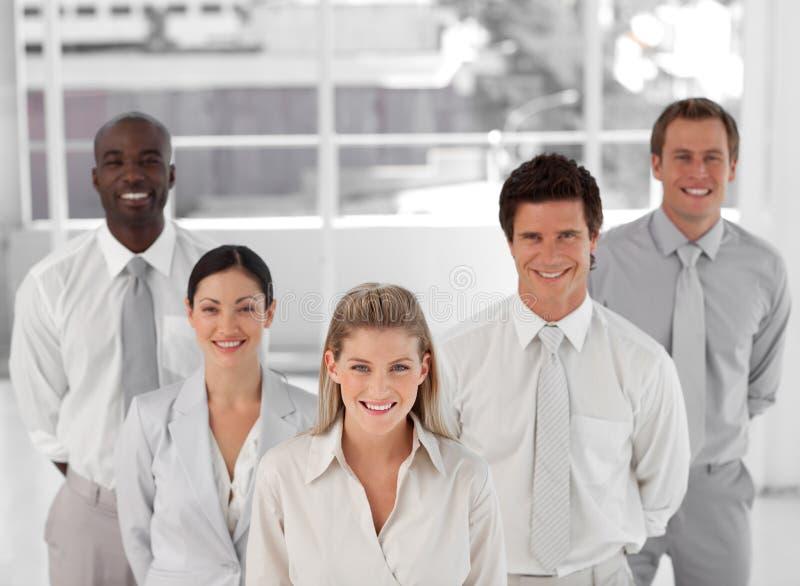 Download Geschäftsgruppe Von Fünf Leuten, Die Kamera Betrachten Stockbild - Bild von geschäft, person: 9098675