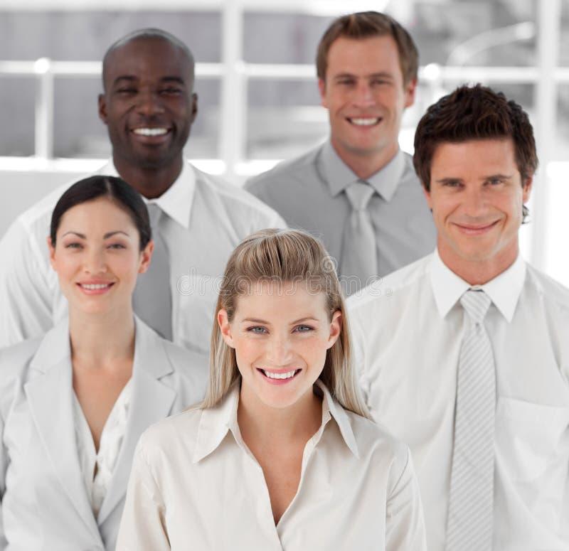 Geschäftsgruppe von fünf Leuten, die Kamera betrachten lizenzfreie stockfotos