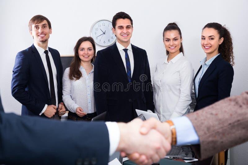 Geschäftshändedruck bei der Bürositzung lizenzfreie stockfotos
