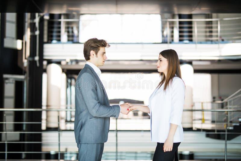 Geschäftshändedruck - zwei Wirtschaftler, die Hände rütteln, um Abkommen oder Abkommen zu schließen Die goldene Taste oder Erreic lizenzfreie stockbilder