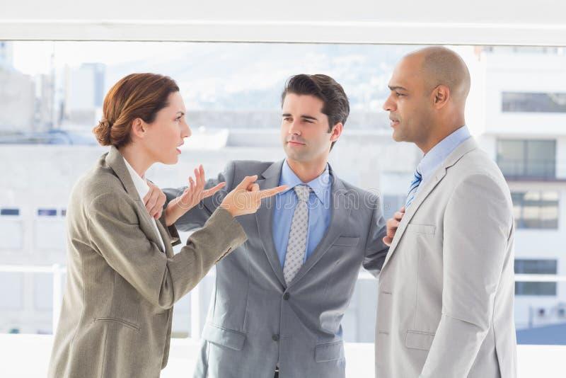 Geschäftskollegen, die einen Widerspruch haben lizenzfreies stockfoto