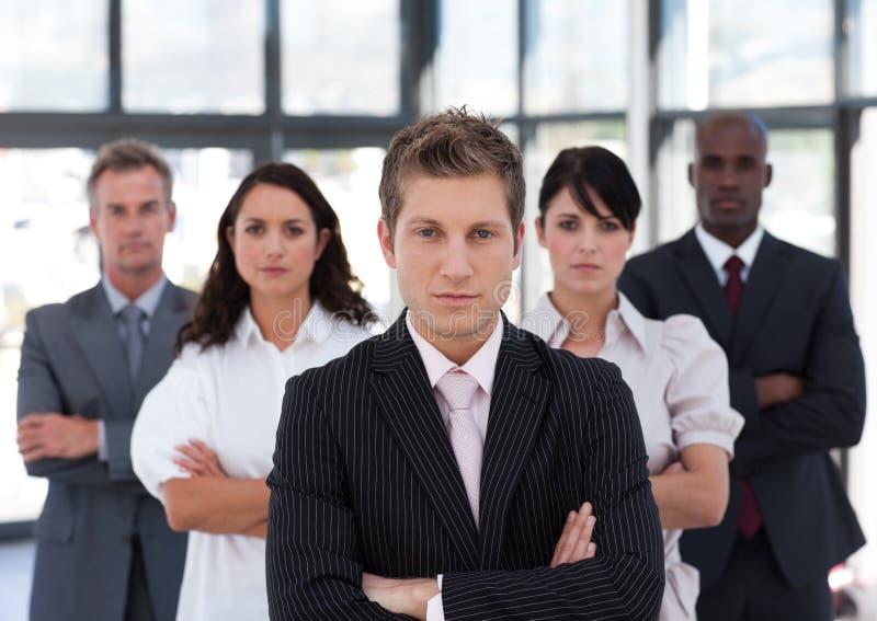 Geschäftskollegen, die in einer Reihe stehen stockfoto