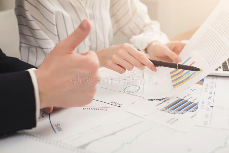 Geschäftskollegen, die mit Dokumenten arbeiten stockfotos