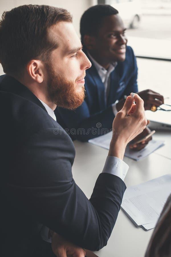 Geschäftskollegen, die zusammenarbeiten, um bessere Ergebnisse für ihre Firma zu erzielen stockbild