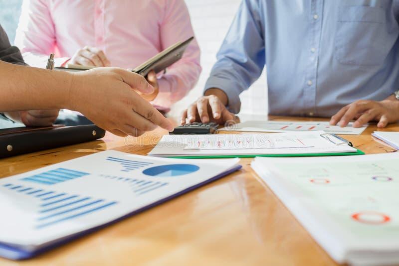 Geschäftskollegen treffen sich, um ihre Aufgaben zu bestimmen, um zu summieren lizenzfreie stockbilder