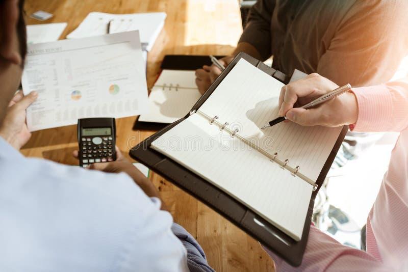 Geschäftskollegen treffen sich, um ihre Aufgaben zu bestimmen, um zu summieren stockfotografie