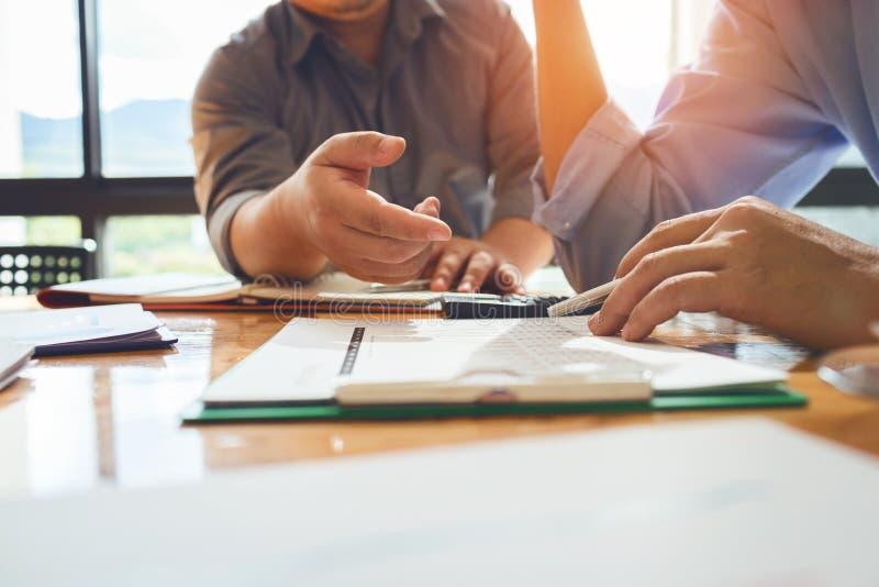 Geschäftskollegen treffen sich, um ihre Aufgaben zu bestimmen, um zu summieren stockbild