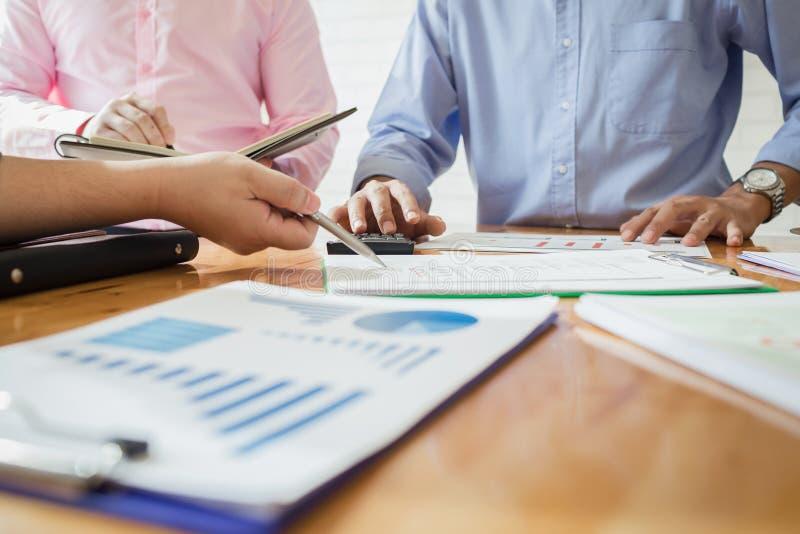 Geschäftskollegen treffen sich, um ihre Aufgaben zu bestimmen, um zu summieren lizenzfreie stockfotografie