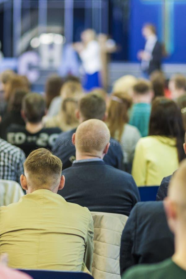 Geschäftskonferenz-Konzepte und Ideen Zwei Wirte, die vor der großen Gruppe von Personen sprechen stockfotografie