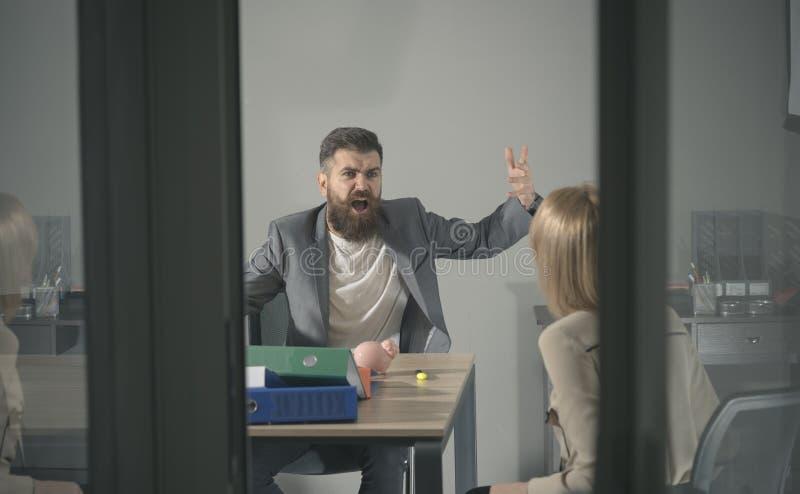 Geschäftskonflikt und -konfrontation Verärgerter Chefruf am Buchhalter im Büro Bärtiger Mann und Frau besprechen Firma lizenzfreie stockfotografie