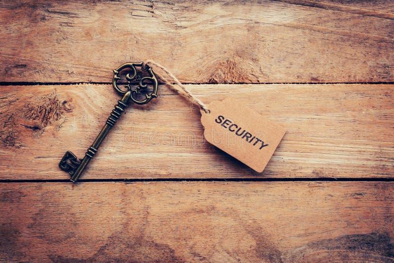 Geschäftskonzept - alte Schlüsselweinlese auf Holz mit Tagsicherheit lizenzfreie stockfotos