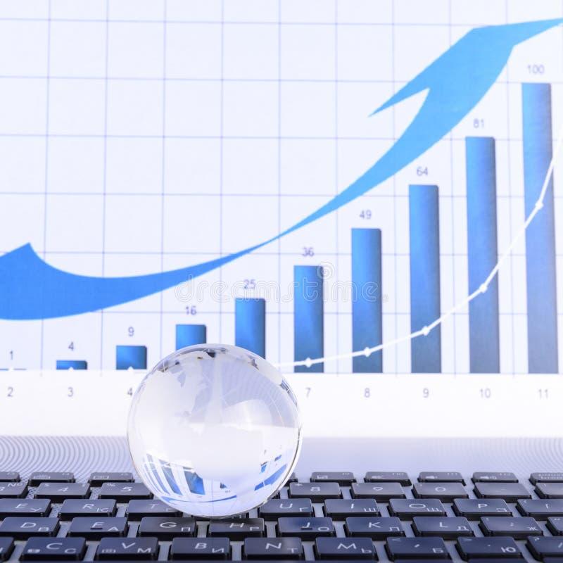 Geschäftskonzept der Glaskugel auf einer Laptoptastatur lizenzfreies stockfoto
