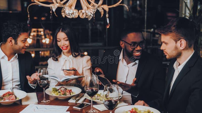 Geschäftsleute Abendessen-Sitzungs-Restaurant-Konzept- lizenzfreies stockfoto