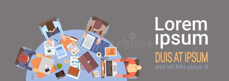 Geschäftsleute Arbeitsplatz-Schreibtisch-Hand-, dielaptop-und Tablet-Computer-Spitzenwinkelsicht-Büro-Teamwork Arbeits sind lizenzfreie abbildung