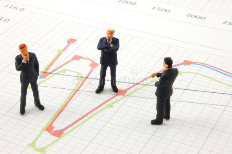 Geschäftsleute auf Diagrammhintergrund lizenzfreie stockfotografie