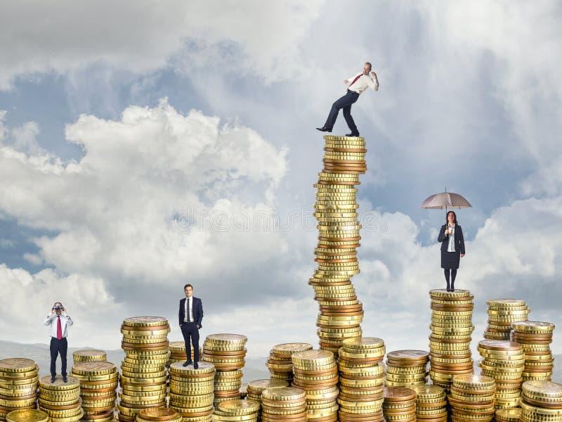 Geschäftsleute auf Münze stockbild