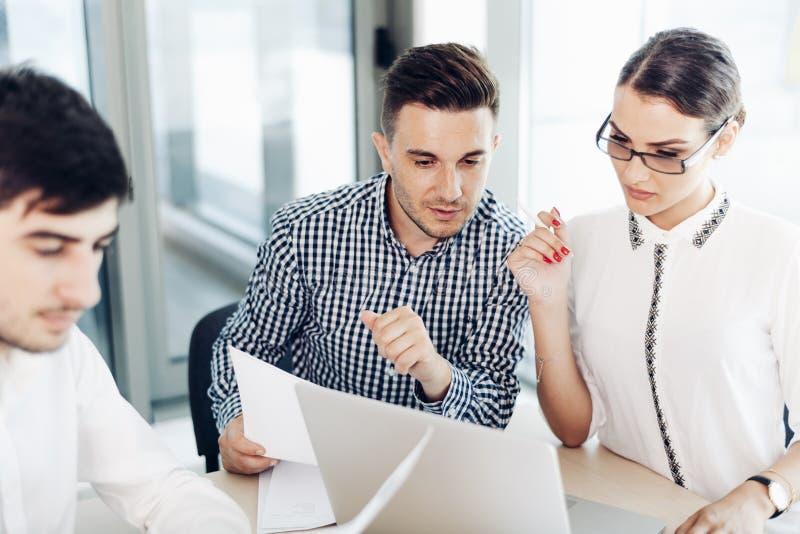 Geschäftsleute, Büroleben lizenzfreie stockbilder