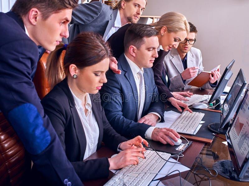 Download Geschäftsleute Büroleben Von Den Teamleuten, Die Mit Computer Arbeiten Stockfoto - Bild: 107409058