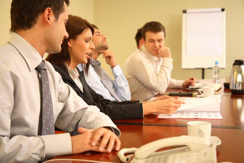 Geschäftsleute bei der formlosen Sitzung stockfotografie