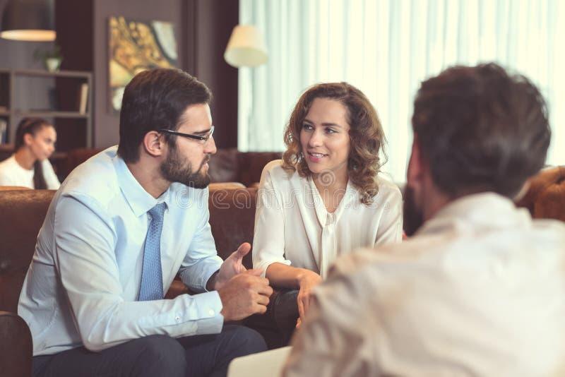 Geschäftsleute bei der Sitzung lizenzfreies stockfoto