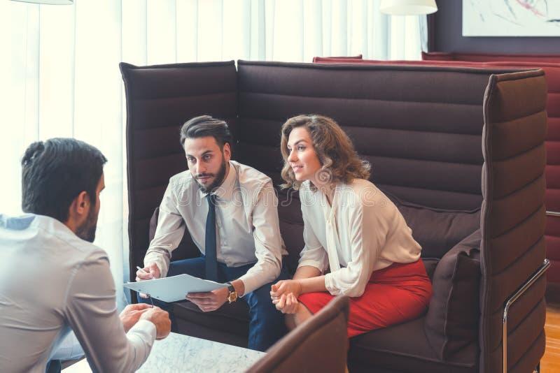 Geschäftsleute bei der Sitzung stockbilder