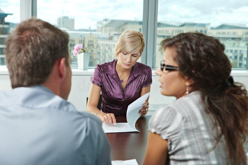 Geschäftsleute bei der Sitzung lizenzfreies stockbild