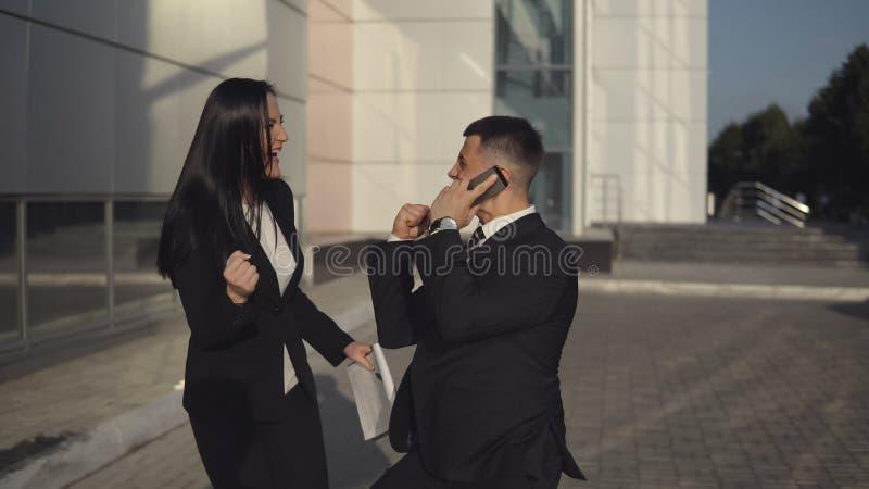 Geschäftsleute beim Arbeiten nahe Bürogebäude stockfotografie