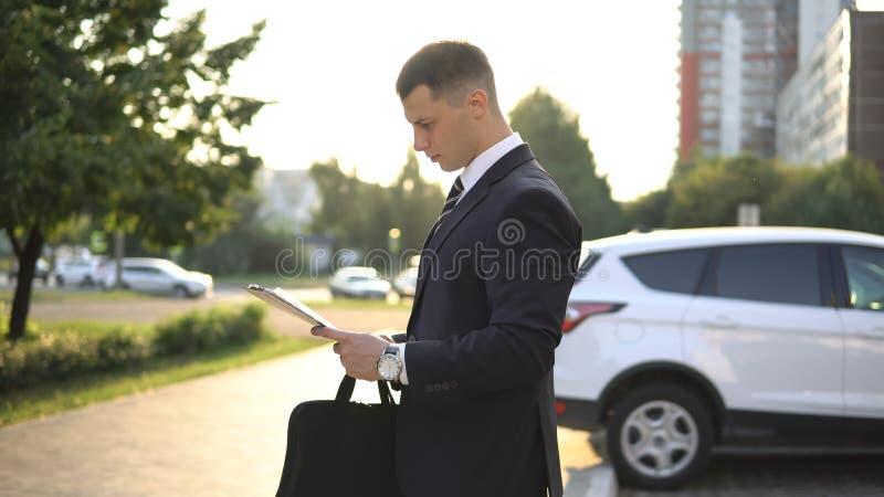 Geschäftsleute beim Arbeiten nahe Bürogebäude lizenzfreie stockfotos