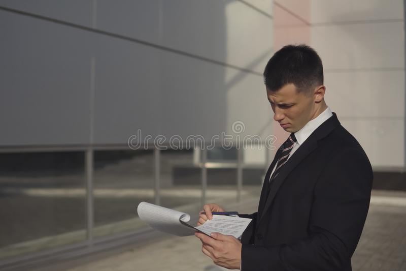 Geschäftsleute beim Arbeiten nahe Bürogebäude lizenzfreie stockbilder
