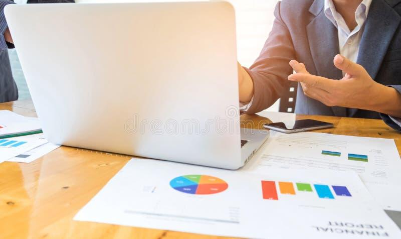 Geschäftsleute benutzen Laptops, intelligente Telefone und Diagramme auf stockbilder