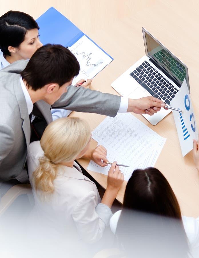 Geschäftsleute besprechen das Diagramm lizenzfreie stockfotos