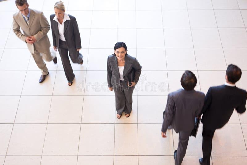 Geschäftsleute in den Büroräumen stockfotos