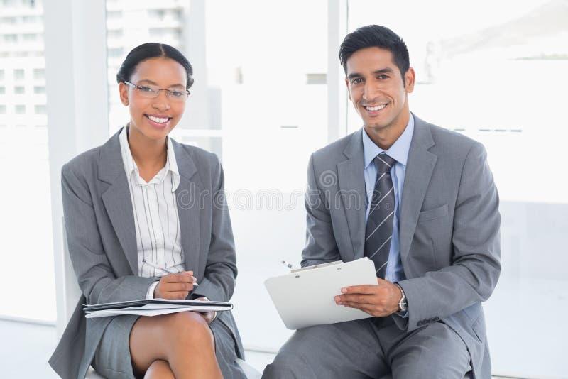 Geschäftsleute in der Chefetagesitzung lizenzfreie stockbilder