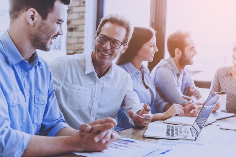 Geschäftsleute in der intelligenten Freizeitkleidung Angelegenheiten besprechend lizenzfreies stockfoto