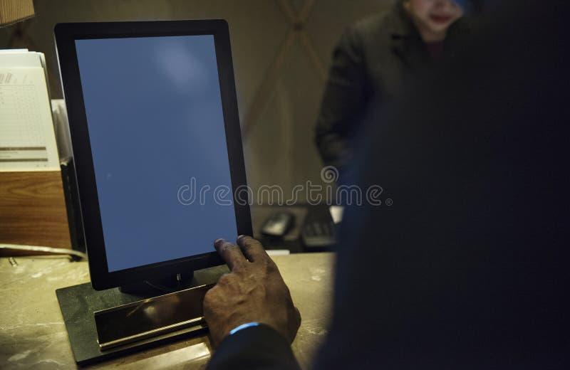 Geschäftsleute, die über Arbeit unter Verwendung der Tablette sich besprechen lizenzfreies stockbild
