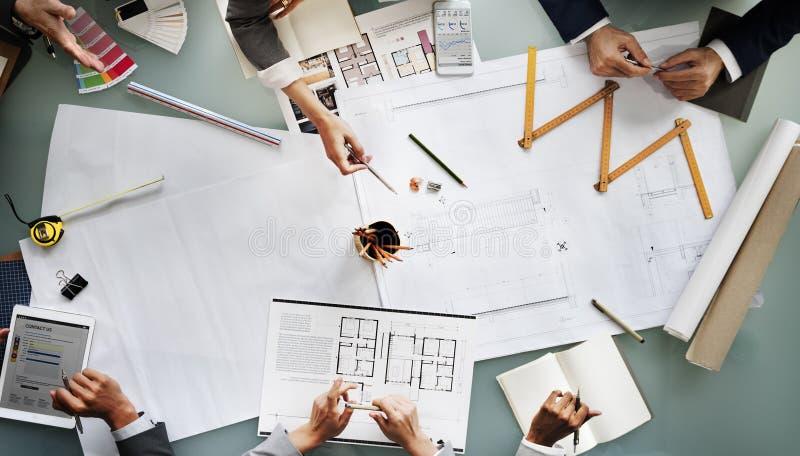 Geschäftsleute, die Architektur-Plan-Konzept des Entwurfes treffen lizenzfreie stockfotos