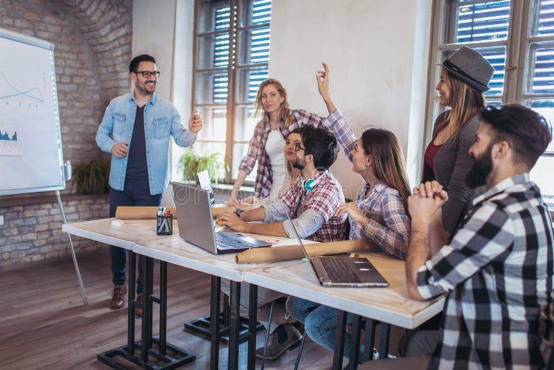Geschäftsleute, die auf Darstellung im Büro haben lizenzfreie stockfotos