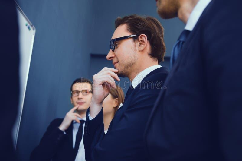 Geschäftsleute, die auf Darstellung im Büro haben stockbilder