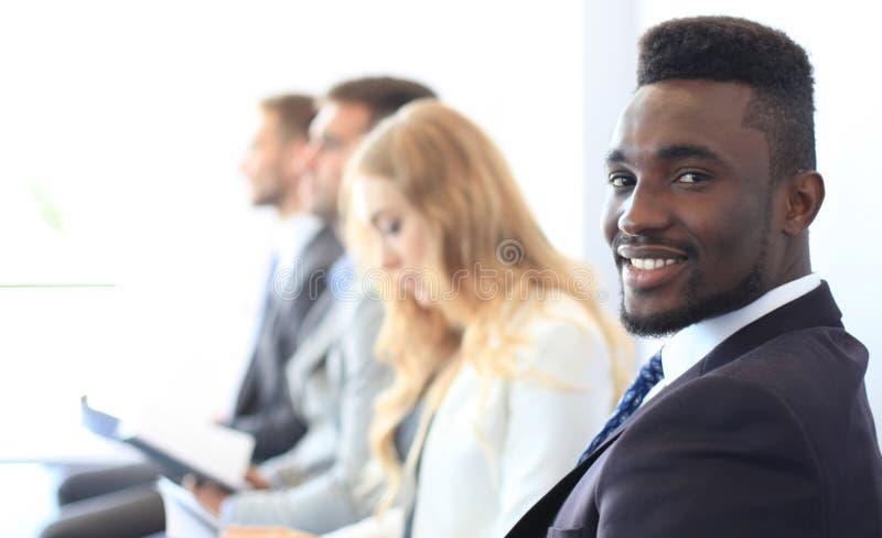 Geschäftsleute, die auf das Vorstellungsgespräch warten stockbild