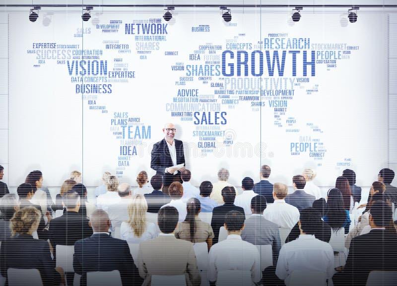 Geschäftsleute, die auf eine Darstellung über Wachstum hören lizenzfreie stockbilder
