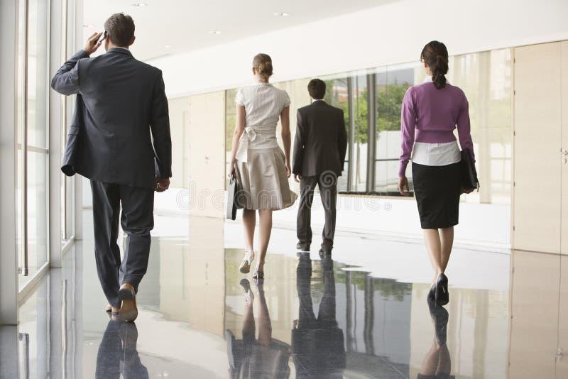 Geschäftsleute, die auf Marmorbodenbelag gehen lizenzfreie stockfotos