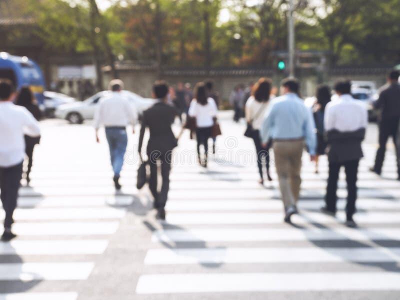 Geschäftsleute, die auf Straße städtischen Stadt-Bezirk gehen lizenzfreies stockbild