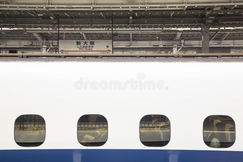Geschäftsleute, die auf Zugabfahrt warten stockfoto
