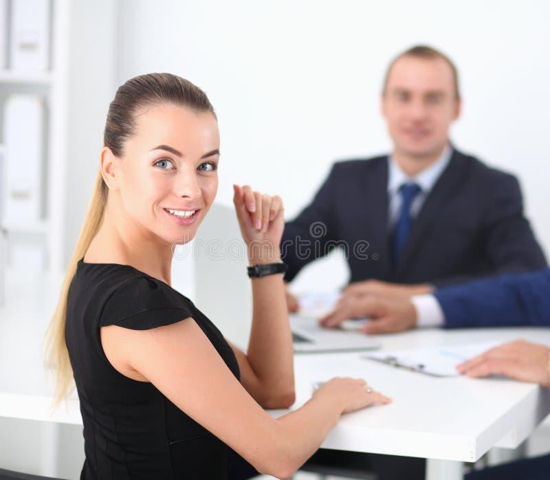 Geschäftsleute, die bei der Sitzung, im Büro sitzen und sich besprechen lizenzfreies stockbild