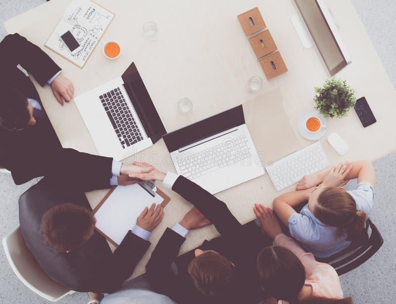 Geschäftsleute, die bei der Sitzung, im Büro sitzen und sich besprechen lizenzfreies stockfoto