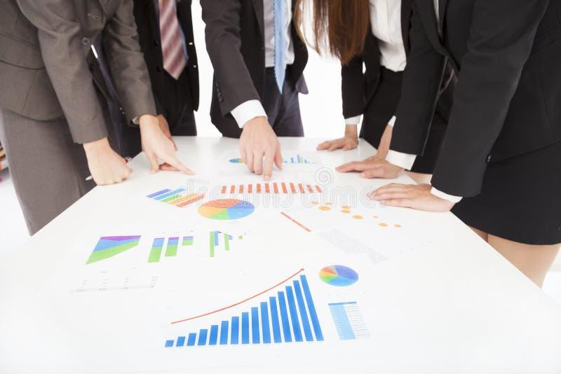 Geschäftsleute, die Bericht betrachten und eine Diskussion haben lizenzfreies stockbild